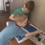 Чирцов Матвей помогал старшему брату в изготовлении макета