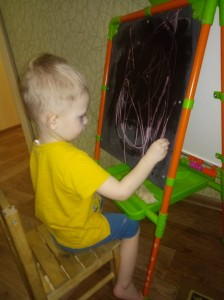 Кондратьев Мирон рисует весеннюю травку