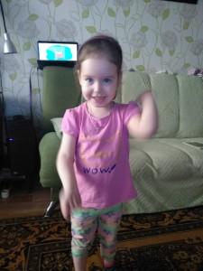 Куликова Вика смотрит видео утренней гимнастики и сама выполняет упражнения