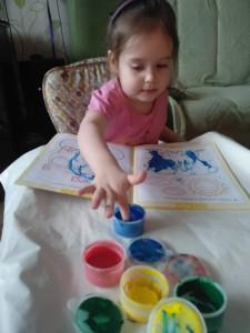 Куликова Вика увлекательное рисование пальчиками