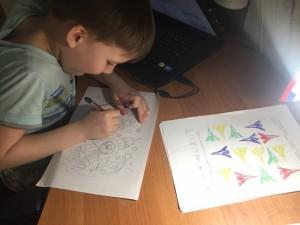 Машкин Антон выполняет задание учителя-логопеда